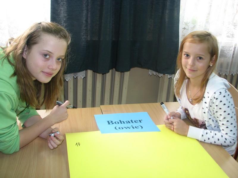 Uczestniczki Młodzieżowego Dyskusyjnego Klubu Książki przy MBP Jasło