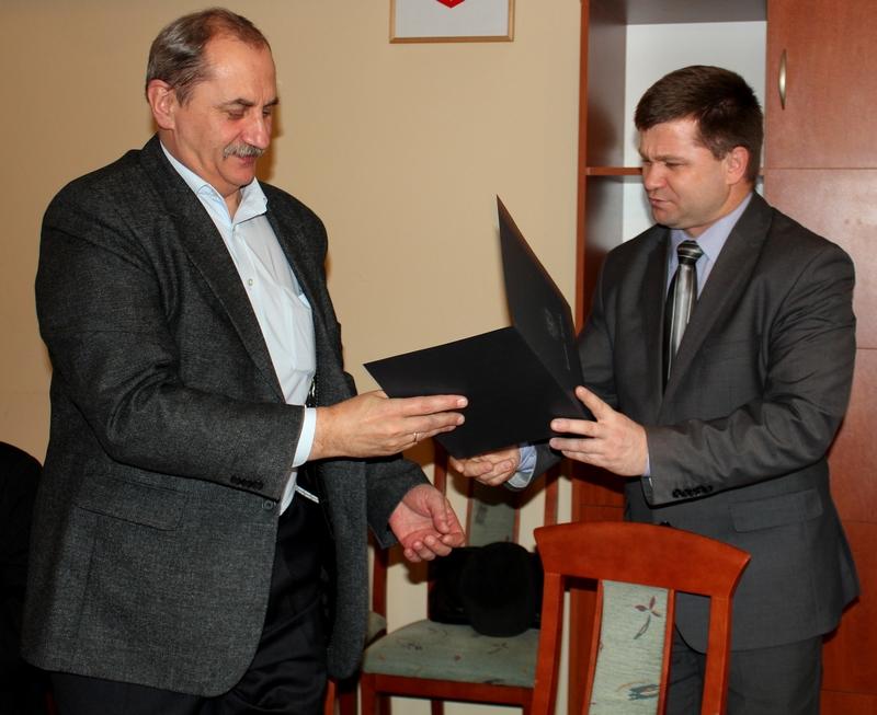 Starosta jasielski wręcza akt nominacji Tadeuszowi Górczykowi na stanowisko przewodniczącego Powiatowej Rady ds. Osób Niepełnosprawnych