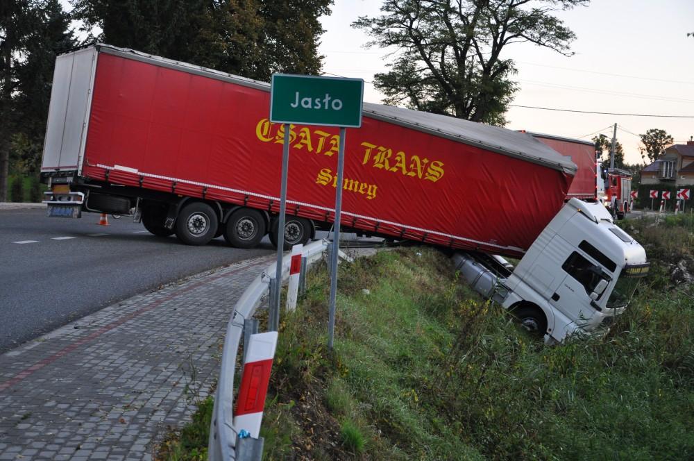 Kolizja samochodu ciężarowego na DW992 w Jaśle