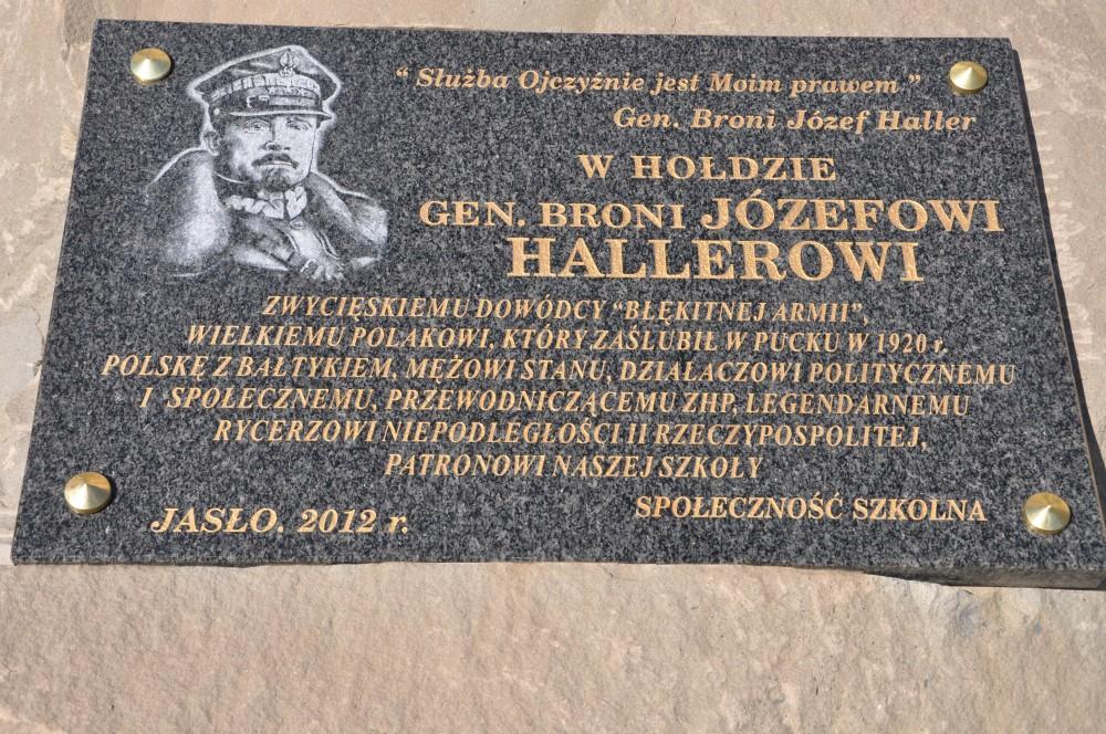 Pamiątkowa tablica odsłonięta podczas dzisiejszych uroczystości nadania imienia ZSUiS w Jaśle przy ulicy Staszica 30