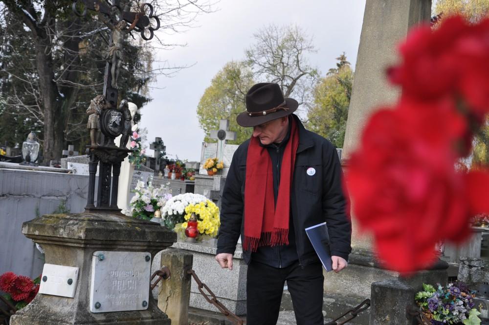 Tomasz Kasprzyk przy nagrobku Romualda Palcha