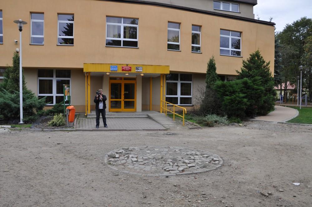 Teren przed wejściem do budynku MDK-u przed zagospodarowaniem