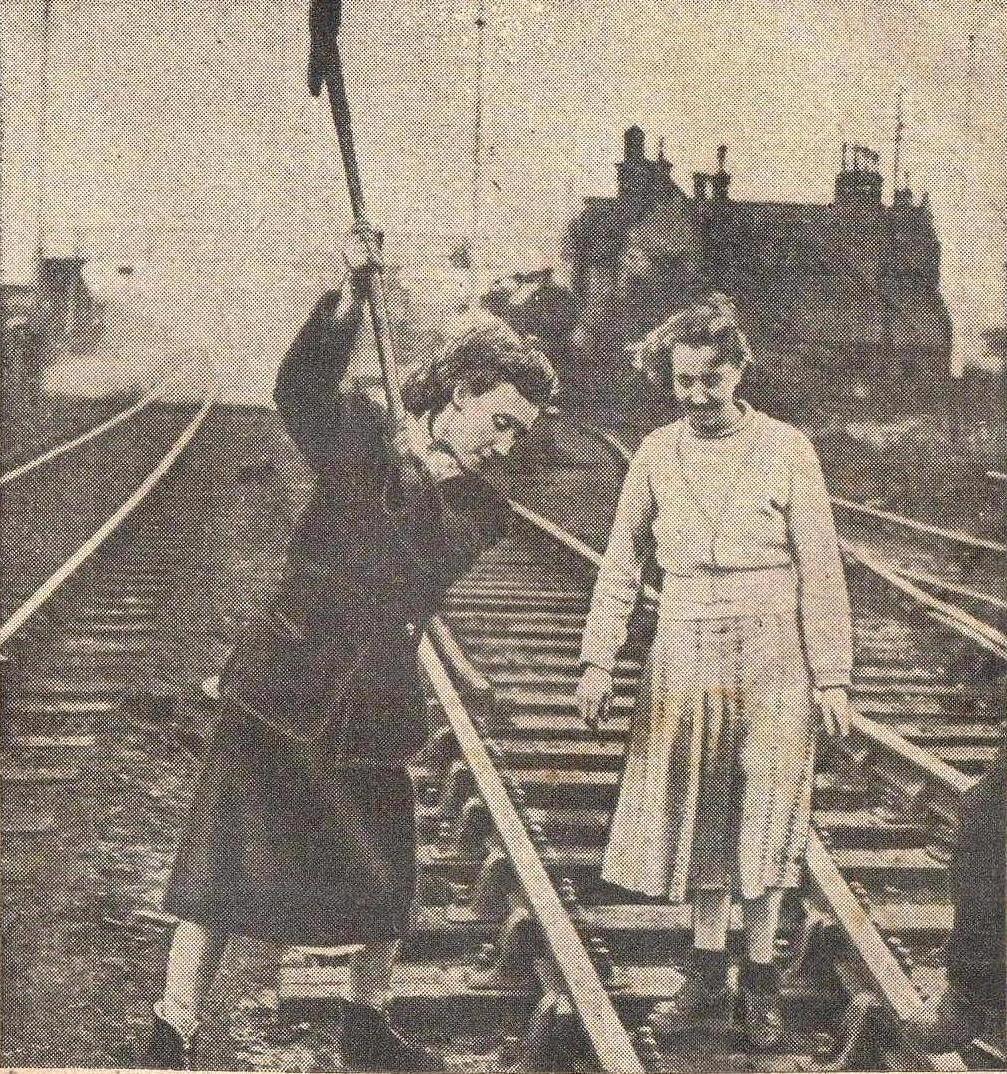 Praca kobiet na torze kolejowym
