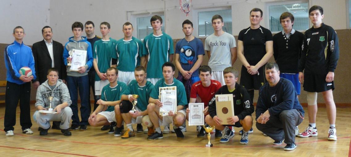 Uczestnicy turnieju z organizatorami