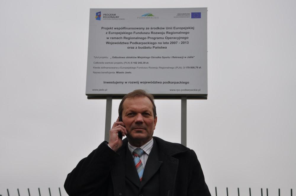 Dyrektor Ośrodka Tadeusz Baniak przed tablicą pamiątkową informującą o realizowanym projekcie