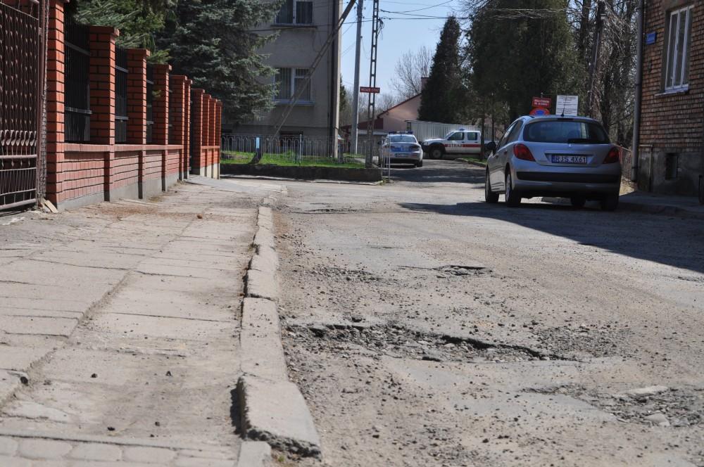 Ulica Szpitalna w Kołaczycach przed remontem