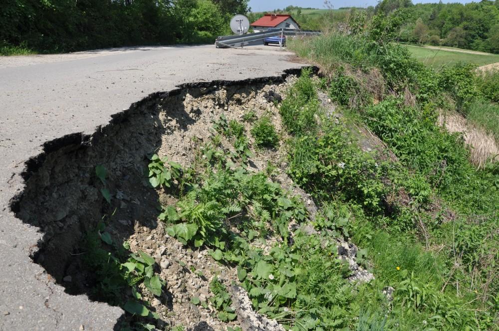 Osuwisko na drodze powiatowej w Sowinie
