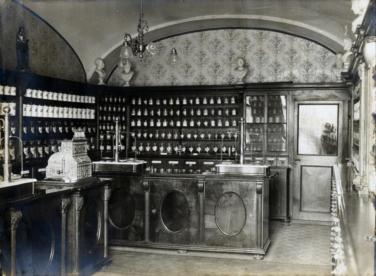 Wnętrze apteki z lat 1905-1910