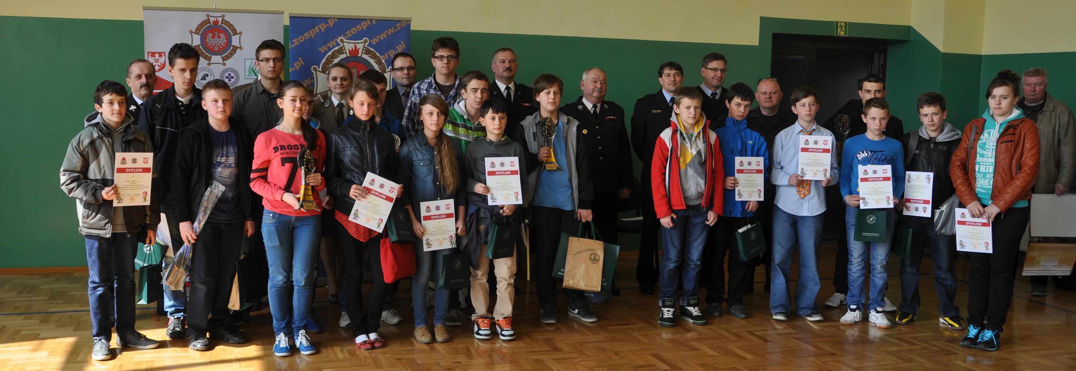 Pamiątkowa fotografia uczestników turnieju wraz z organizatorami. Fot. © terazJaslo.pl / DAMIAN PALAR