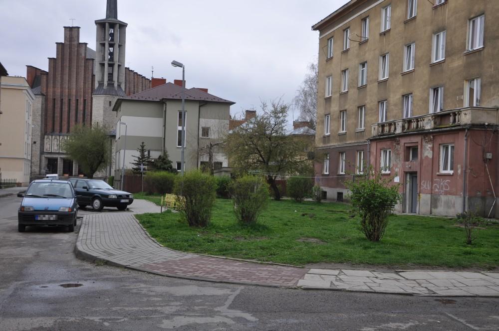 Nowe miejsca postojowe powstaną m.in. na wysokości bloku socjalnego przy ulicy Franciszkańskiej. Fot. © terazJaslo.pl / DAMIAN PALAR</strong.
