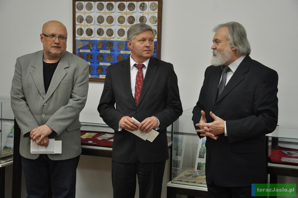W uroczystym wernisażu wystawy wzięli udział przedstawiciele władz Jasła: burmistrz Andrzej Czernecki wraz ze swoim zastępcą Leszkiem Znamirowskim. Fot. © terazJaslo.pl / DAMIAN PALAR