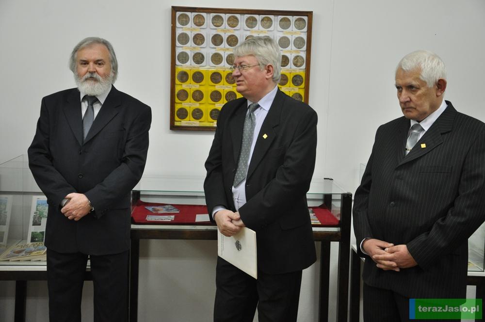Organizatorem wystawy jest Polskie Towarzystwo Numizmatyczne Oddział w Jaśle. W środku jego prezes Marek Czarnecki. Fot. © terazJaslo.pl / DAMIAN PALAR
