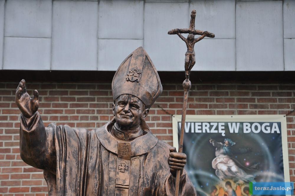 Pomnik papieski na osiedlu Rafineryjnym. Fot. © terazJaslo.pl / DAMIAN PALAR