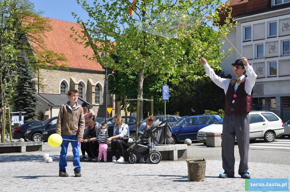 """Najmłodszych bawili artyści z teatru """"Wagabunda"""". Fot. © terazJaslo.pl / DAMIAN PALAR"""