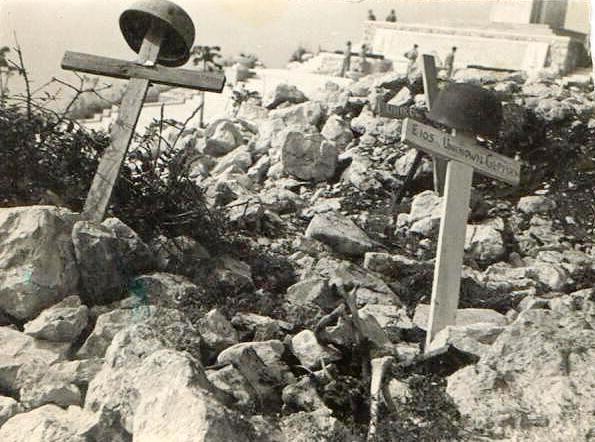 Szczyt Monte Cassino zaraz po bitwie - 1944 r. w tle żołnierze z oddziału S. Świdraka