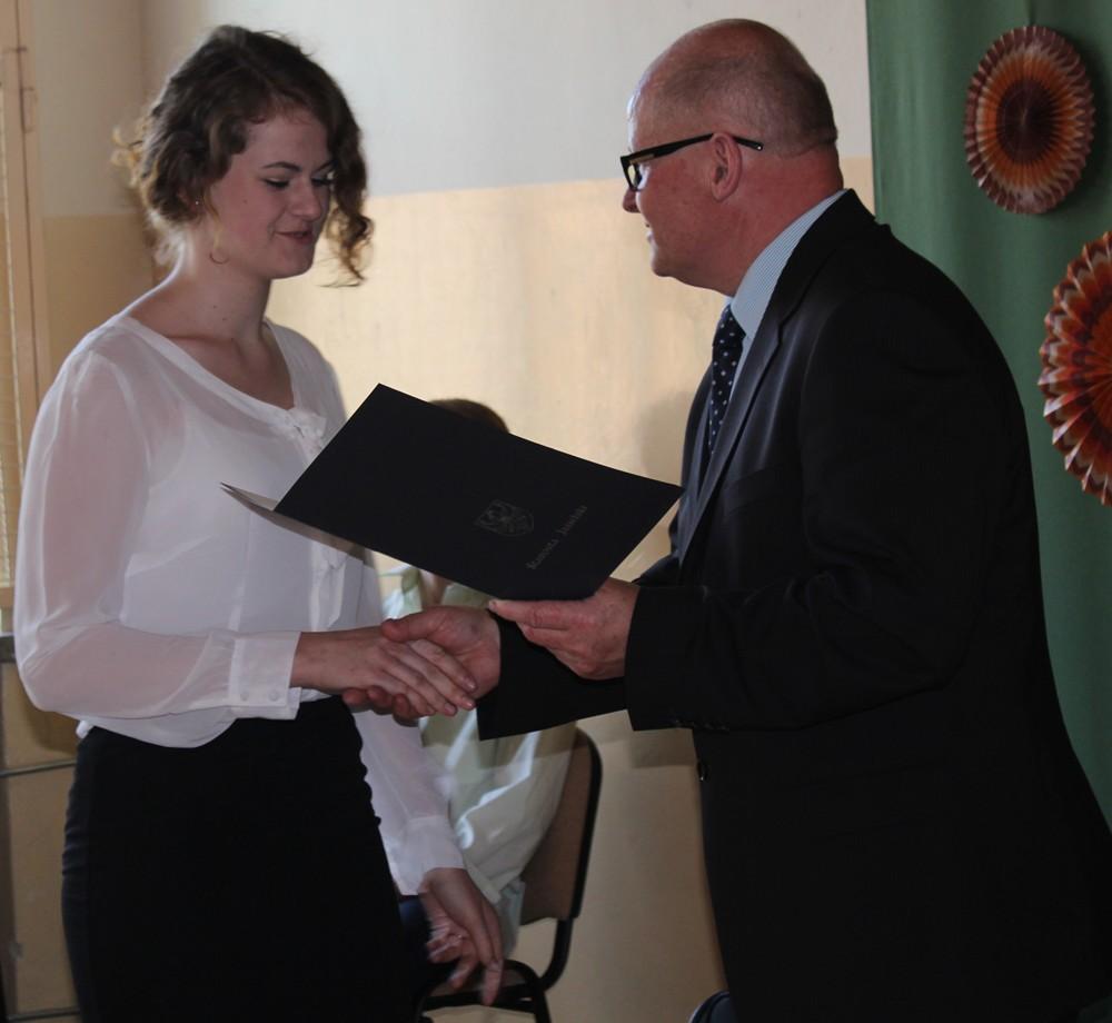 Nagrodę odbiera Anna Łącka z Zespołu Szkół Budowlanych w Jaśle. Fot. © Starostwo Powiatowe w Jaśle