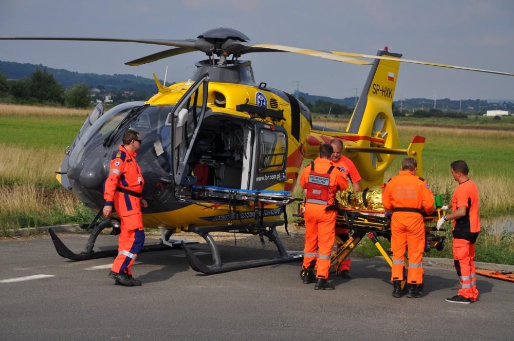 Ratownik 10 przekazuje pacjenta załodze Pogotowia Ratunkowego z Jasła. Fot. © terazJaslo.pl / DAMIAN PALAR