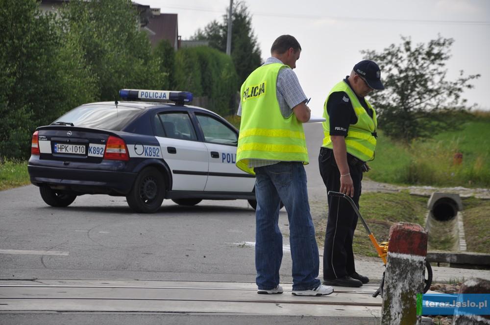 Policjanci zabezpieczają ślady na miejscu tragicznego wypadku. Fot. © terazJaslo.pl / DAMIAN PALAR