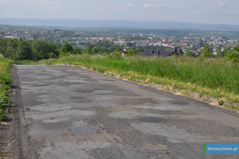 Fragment wytypowanej do remontu ulicy Na Kotlinę wzdłuż drogi powiatowej relacji Jasło-Bieździadka. Fot. © terazJaslo.pl / DAMIAN PALAR