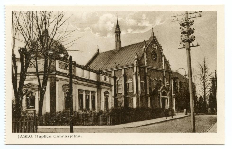 Kaplica gimnazjalna - widok z roku 1935 © pocztówka pochodzi ze zbiorów Jerzego Rucińskiego udostępnionych na stronie www.kartki.umjaslo.pl