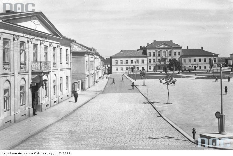 Widok Rynku z magistratem i gmachu starostwa sprzed września 1944 roku. Źródło: © Narodowe Archiwum Cyfrowe