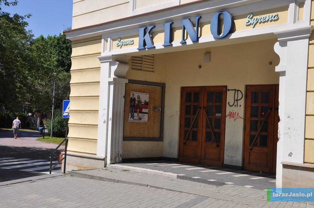 """Dawne kino """"Syrena"""" przy ulicy Sokoła nieczynne od kwietnia br.  Fot. © terazJaslo.pl / DAMIAN PALAR"""