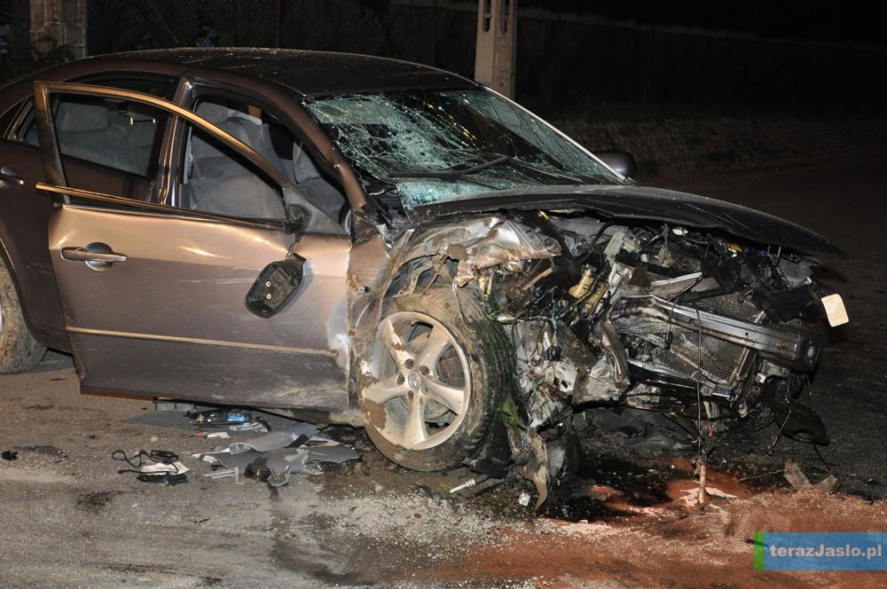 13 lipca 2013 roku, Jareniówka w gminie Jasło: pijany kierowca uderza w betonowy przepust. Jeden z pasażerów zmarł po przewiezieniu do szpitala. Z lżejszymi obrażeniami trafili tam też kierowca i drugi pasażer. Fot. © archiwum terazJaslo.pl / DAMIAN PALAR
