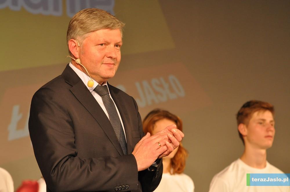 W trakcie konwencji wyborczej za plecami Andrzeja Czerneckiego stała młodzież - którą uznaje za przyszłość naszego miasta. Fot. © terazJaslo.pl / DAMIAN PALAR
