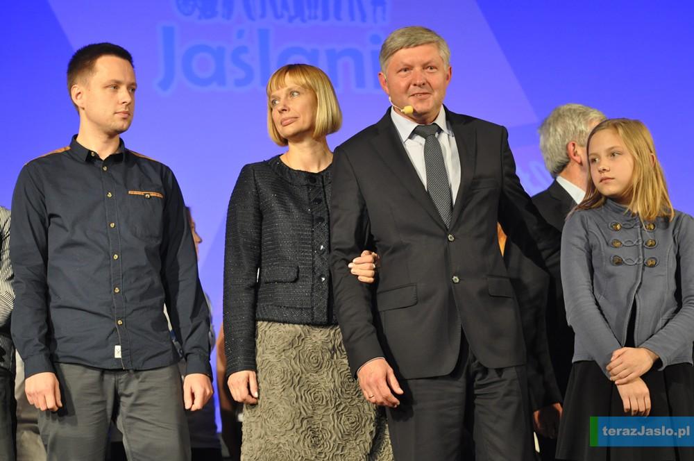 Andrzej Czernecki na scenie z rodziną: żoną Dorotą, synem Jakubem i córką Aleksandrą.