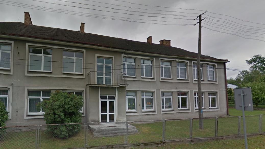 Szkoła Podstawowa w Czeluśnicy. Fot. © GoogleMaps
