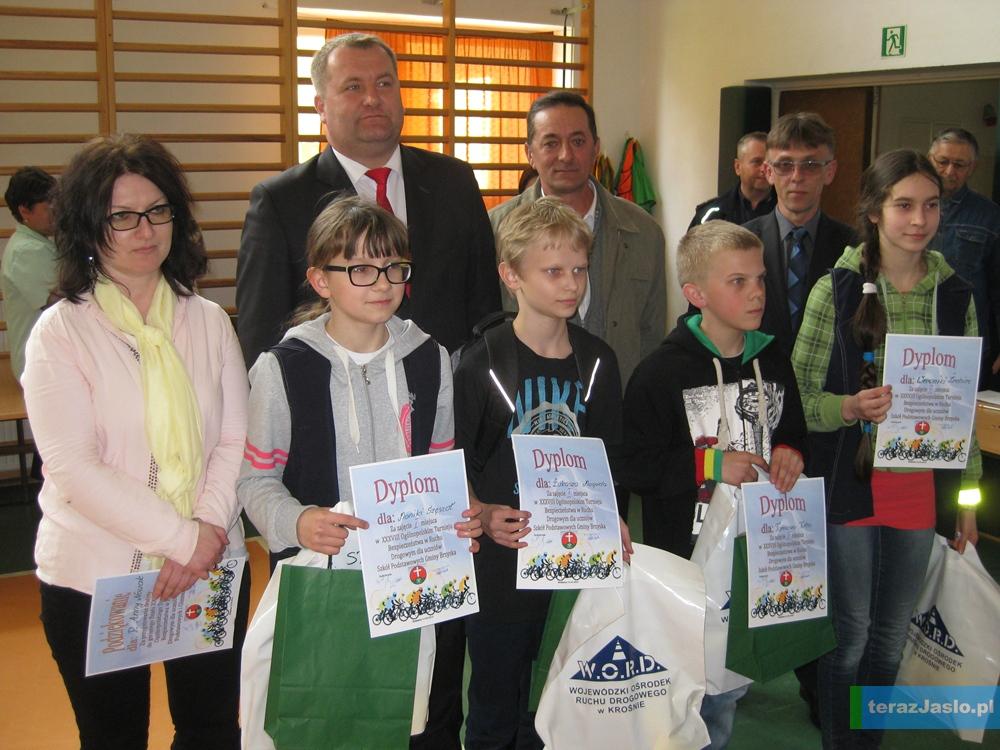 Reprezentacja Szkoły Podstawowej w Wróblowej wraz z opiekunem