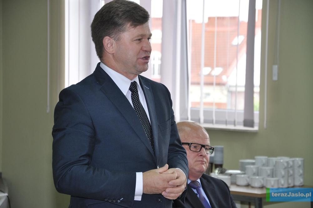 Praktycznie przez cały ubiegły rok pracami Zarządu Powiatu w Jaśle kierował Adam Kmiecik. Fot. © terazJaslo.pl / Damian PALAR