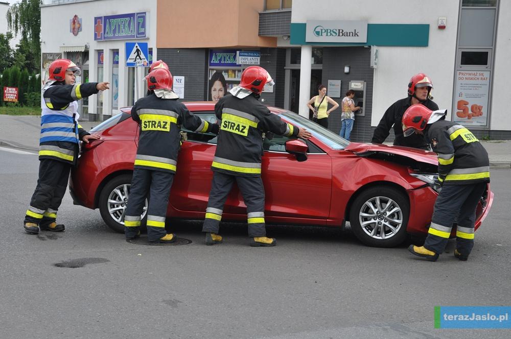 Strażacy usunęli ze skrzyżowania uszkodzony pojazd. Fot. © terazJaslo.pl / Damian PALAR