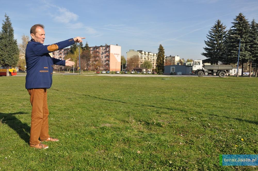 Dyrektor Ośrodka Tadeusz Baniak wskazuje miejsce, w którym powstanie nowa hala. Fot. © terazJaslo.pl / Damian PALAR