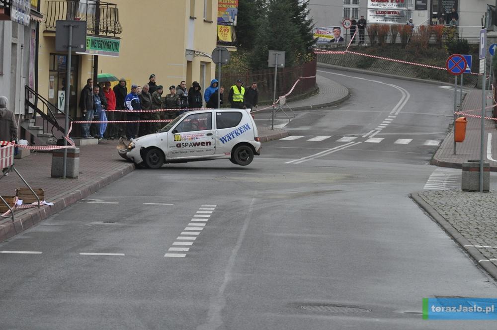 Jedna z załóg uległa wypadkowi na Placu Bartłomieja i została wyeliminowana z dalszej rywalizacji. Fot. © terazJaslo.pl / Damian Palar