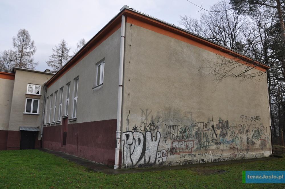 Istniejąca sala gimnastyczna przy Szkole Podstawowej nr 11 w Jaśle. Fot. © terazJaslo.pl / Damian PALAR