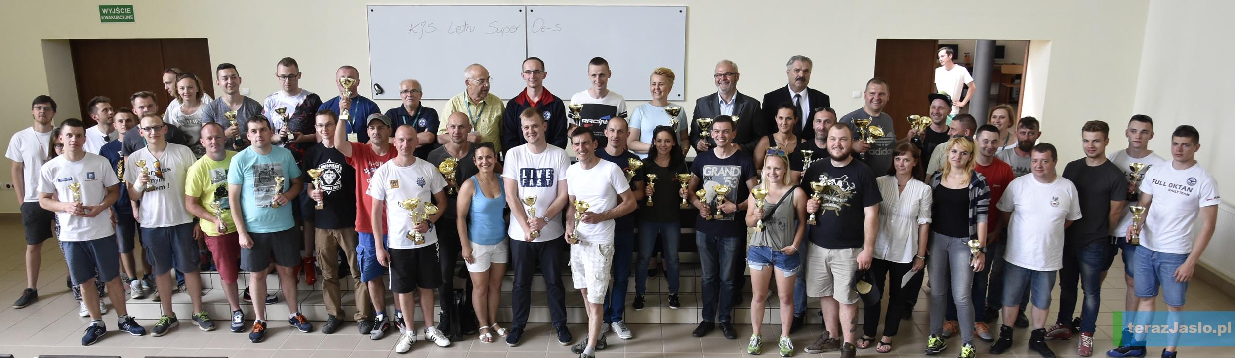 Pamiątkowe zdjęcie uczestników wraz z organizatorami. Więcej zdjęć w naszej FOTOGALERII. Fot. © terazJaslo.pl / Damian Palar
